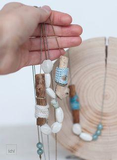 Collar veraniego. Perlas de porcelana blanca. Bolas color agua. Joyas respetuosas con el medio ambiente. Collar de madera. Joyas de ganchillo.  Un collar