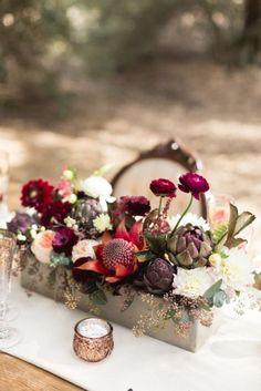 Autumn wedding flowers with burgundy details | fabmood.com