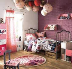 Nat et nature: Des chambres d'enfants esprit nature ou romantiques. I really like the accumulation of paper lights above the bed…