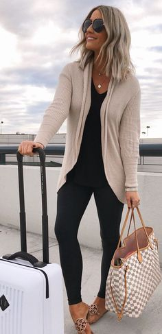 10 Perfect Fall Outfits To Try Now - Leggings Black - Ideas of Leggings Black - Neutral Cardigan and Black Leggings Travel Ideas Travel Packing Travel OOTD Packing Ideas Travel Looks Vacation Outfit Ideas Legging Outfits, Cardigan Outfits, Black Cardigan Outfit, Black Leggings Outfit Summer, Grey Skinny Jeans Outfit, Summer Cardigan, Beige Cardigan, Skinny Jean Outfits, Black Sandals Outfit