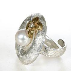 Anello in argento meraviglioso set con una bella e lucente bianco perla.  E 'perfetto per una donna dinamica e alla moda, come una luce per completare i loro abiti.  € 607,00 #be_arlene #dame #rings #theknot #pearl #pattern #flowers #woman #jewels #jewelry #photography #ootd #fall #colour #instafashion #instagood #instacool #shoppingonline #christmasgift #igdaily #igers #igeroftheday #differencemakesus #etsy #etsyseller #followforfollow #likeback #tagsta # невеста # мода