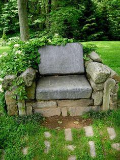 fauteuil en pierre et plantes en tant que décoration de jardin