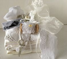 Deko-Objekte - Stoffpäckchen Leinen Shabby weiss - ein Designerstück von gittirai bei DaWanda