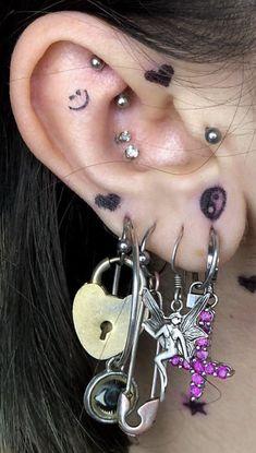 Ear Jewelry, Cute Jewelry, Jewelry Tattoo, Jewelery, Jewelry Accessories, Pretty Ear Piercings, Ear Peircings, Unique Piercings, Grunge Jewelry