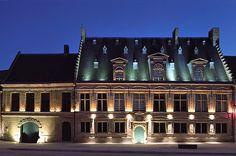Le Musée départemental de Flandre, à Cassel (Nord, Pays des Moulins de Flandre): Ouvert en 2010, le Musée départemental de Flandre est le seul musée intégralement consacré à la culture flamande. Il abrite une collection de plus de 6000 œuvres anciennes et contemporaines comprenant des peintures, des gravures et sculptures flamandes.