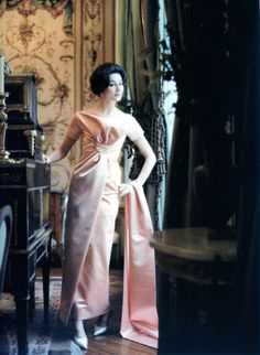"""Vicomtesse Jacqueline de Ribes wears the """"Ibis"""" dress from the spring and summer collection of Christian Dior designed by the young Yves Saint Laurent in 1959 photo Mark Shaw Dior Vintage, Vintage Gowns, Vintage Mode, Vintage Woman, Vintage Couture, Vintage Dress, Dior Fashion, 1950s Fashion, Vintage Fashion"""