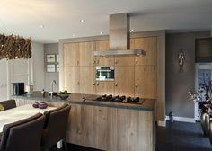 De warmte van rustieke eiken fronten in deze schitterende keuken thijs vd wouw