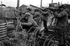 Soldados de la Infanteria Argentina defienden posiciones en Las malvinas durante el enfrentamiento con fuerzas britanicas 1982