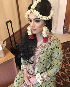 Ideas for haldi mehndi Flower Jewellery For Mehndi, Flower Jewelry, Indian Wedding Jewelry, Garland Wedding, Wedding Preparation, Pakistani Bridal, Bridal Flowers, Flower Fashion, Looking Stunning