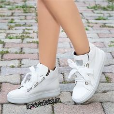 Keys To Finding The Best Sneakers For Women. Are you shopping for the best sneakers for women? Flat Lace Up Shoes, Prada, Best Sneakers, Ladies Sneakers, Sporty Style, Nike, Sports Women, Fashion Shoes, Women Wear