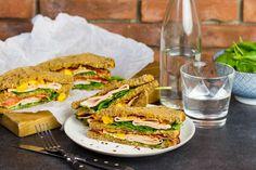 Recept voor club sandwich chicken chili voor 4 personen. Met bruin brood, kipfilet, katenspek, chilisaus, mango, verse spinazie en mayonaise