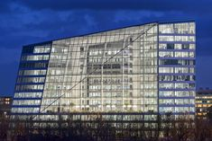 The Edge, in Amsterdam, the greenest office building in the world, allows an app on your smart phone to control how and where you work in the building and actively modify how much heat and light yo… Renewable Energy, Solar Energy, Light Talk, The Edge, Office Images, Green Office, London Places, Tours, Sem Internet