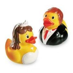 """""""Quietscheentchen, nur mit Dir... ."""" Ernie aus der Sesamstraße kann nicht irren - eine Quietscheente ist ein unerschütterlicher Begleiter, der die Badezeit noch entspannter macht. Das Quietscheenten Brautpaar ist süß anzuschauen und stellt ein frisch verliebtes Paar dar. So sind die niedlichen Enten das perfekte Geschenk für ein frisch vermähltes Paar. Auch Erwachsene schätzen die charmante Begleitung in der Badewanne. Das optimale Geschenk für eine Hochzeit - Die Quietscheente in zweifacher…"""