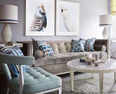 Amo essa cartela de cores suave elegante e aconchegante da sala do @jonathanadler! E o que dizer do quadro de periquitos?! #decorismo #homedecor #livingroom