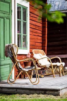 Terrasse mit gemütlichen Stühlen #terrasse #balkon #balcony #terrace Swedish Cottage, Red Cottage, Cottage Chic, Cottage Style, Outdoor Rooms, Outdoor Living, Outside Living, Hygge, Old Houses