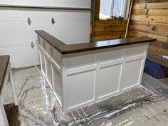 Reception Counter, Office Reception, Reception Design, Cash Wrap Counter, Retail Counter, Design Rustique, Retail Shelving, Large Desk, Craft Desk