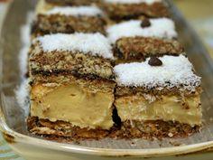 Prăjitura cu blat din bezea cu nucă și cremă de vanilie este fină, cu un gust și textură deosebite și o combinație tare plăcută simțurilor noastre gustative. Blatul crocant cu nucă prăjită tăiată grosier se potrivește de minune cu gustul delicat și aromat al cremei de vanilie. Biscuiții cu aromă pronunțată de unt, gustul ușor amărui al ciocolatei din glazură îi conferă savoarea și finețea unei prăjituri delicate, care vă poate bucura și încânta nu numai în zi de sărbătoare sau ocazie…