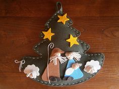 Sweet little manger scene on a felt tree. Nativity Ornaments, Nativity Crafts, Felt Ornaments, Christmas Projects, Felt Crafts, Holiday Crafts, Felt Christmas Decorations, Christmas Ornaments To Make, Christmas Sewing