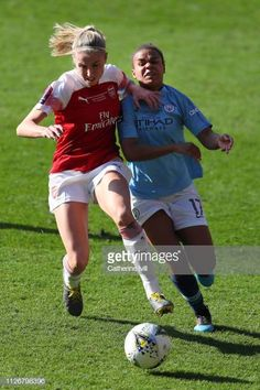 Leah Williamson of Arsenal battles for possession with Nikita Parris of  Manchester City Women during the b69796f206347