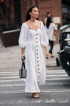See and shop the coolest New York Fashion Week street style trends you can buy on a budget. New Street Style, New York Fashion Week Street Style, Street Style Trends, Cool Street Fashion, Style Fashion, Cheap Fashion, Fashion Women, Workwear Fashion, French Fashion