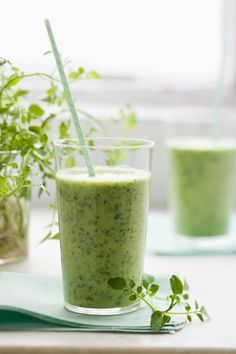 Morgensmoothie med goji, kanel og broccoli: 1 lille håndfuld havregryn 3-5 mandler 1 dl. Væske (vand, juice, skyr eller soyamælk f.eks.)  1 banan ½ tsk stødt kanel 2 spsk gojibær 3-5 stokke broccoli (gerne frosne)  Kør alle ingredienser i en blender, og rør til sidst lidt olie i den færdige smoothie.