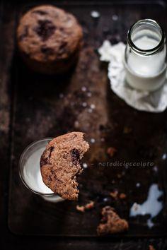 """Chocolate chip cookies...alzi la mano chi non li ama. Ah ecco, lo sapevo che non se ne sarebbe vista una sventolare! Non so per voi, ma nel mare magnum dei biscotti, i chocolate chip cookies, insieme ai crinckles al cioccolato o al limone e ad i lemon meltaways, restano i miei """"comfort cookies"""" preferiti quando il bisogno di coccole si fa sentire sopra le righe. Ma avete mai pensato a quante variabili, anche minime, possono influenzare il risultato finale? Una dose maggiore di zucchero rende…"""