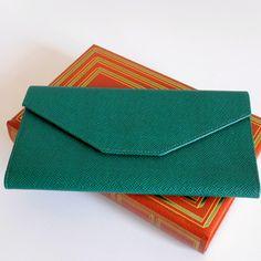 Portefeuille vert , vintage 90s, René Furterer, format enveloppe par LesPtitesPepees sur Etsy https://www.etsy.com/fr/listing/268661764/portefeuille-vert-vintage-90s-rene