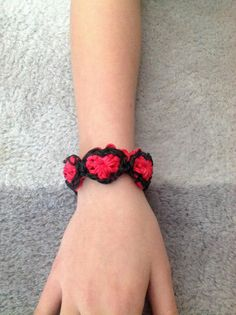 HEART bracelet on the Rainbow loom. Loomed by Nicole Riphagen-van Hek and designed by Ralph at Justin's Toys. (Rainbow Loom FB page). Click photo for YouTube tutorial.