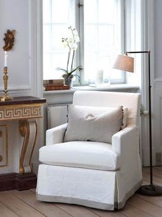 Slettvoll - living rooms - linen accent chair, console table with Greek key trim Cozy Living Rooms, Living Room Chairs, Wall Mounted Table, Marble Console Table, Black Floor Lamp, Transitional Living Rooms, Slipcovers For Chairs, Furniture Inspiration, Furniture Ideas