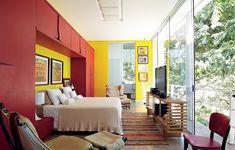 O armário desenhado pelo arquiteto Leo Romano funciona como uma moldura para a cama. Fazer um projeto de marcenaria na parede da cabeceira é uma ótima ideia para quartos pequenos