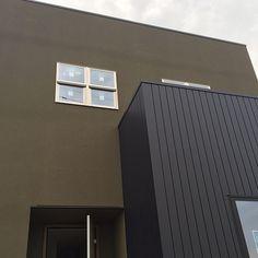 女性で、の外壁/外観/モスグリーン/緑色/塗り壁/塗壁…などについてのインテリア実例を紹介。「曇り空の下で見るとまた違った色に見える。 (うたの歌詞にでもありそうなコメントw) ドアはまだ工事用のもの。」(この写真は 2016-09-14 22:46:16 に共有されました)