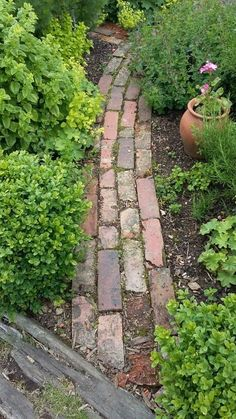 If you want to create a garden path, you should think in advance about the purpose for which Garden Garden design Garden ideas Garden landscaping Garden lighting Side Yard Landscaping, Landscaping Ideas, Patio Ideas, Garden Cottage, Garden Bar, Garden Sofa, Easy Garden, Garden Paths, Brick Garden Edging