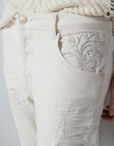 JEANS WITH EMBROIDERED POCKET #whitedenim #denimstyling #womensstyling #zara @zaraofficial