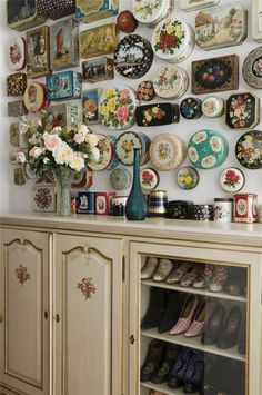 What better way to display a collection of pretty tins, from bellezza-storia.livejournal.com