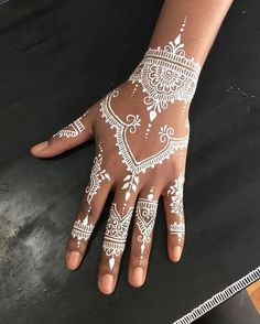 Unique and trendy White Henna Designs images are found on this article. White henna design give a fashionable look. Henna Tattoo Hand, Cool Henna Tattoos, Henna Tattoo Muster, White Henna Tattoo, Paisley Tattoos, Art Tattoos, Mandala Tattoo, Pretty Henna Designs, Henna Tattoo Designs Simple