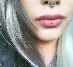 I've thought about taking my vertical labret out and doing this insteadAshley piercing/ inverse vertical labret. I've thought about taking my vertical labret out and doing this instead. Lip Piercing Stud, Lower Lip Piercing, Vertical Labret Piercing, Mouth Piercings, Monroe Piercings, Cool Piercings, Piercings For Girls, Piercing Tattoo, Daith Piercing