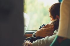 Eu queria te abraçar tanto, agora. Queria te abraçar até o meu cheiro ficar na sua roupa, e o seu na minha. Me abraça, porque não existe nenhum outro lugar no mundo mais seguro, e mais gostoso do que o teu abraço. Não fala nada, só me abraça. Me abraça, porque não há nenhum lugar no mundo que eu queria estar agora, a não ser, em seus braços.  Cometobelieeve