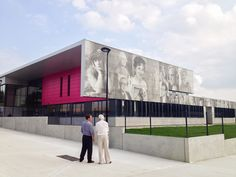 The facade of the Crevin Upper Secondary School depicts in Graphic Concrete 28 iconic persons who have had their influence in the cultural development of Bretagne. Concrete Facade, Precast Concrete, Concrete Design, Super Images, Arch Model, Good Environment, Wayfinding Signage, School Building, Environmental Graphics