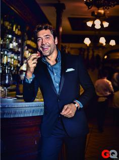 Acheter la tenue sur Lookastic: https://lookastic.fr/mode-homme/tenues/costume-bleu-marine-chemise-a-manches-longues-bleu-pochette-de-costume-blanc/24 — Pochette de costume blanc — Costume bleu marine — Chemise à manches longues en chambray bleu — Montre en cuir noir