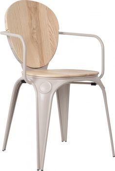 Dem Industriestuhl wurde eine Sitzfläche und Lehne aus Holz verpasst.