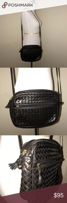 Bottega Veneta leather purse Bottega Veneta designer handbag in genuine leather. Zipper pocket on the exterior and on the interior. Has been used many times but still in good condition. Bottega Veneta Bags Crossbody Bags
