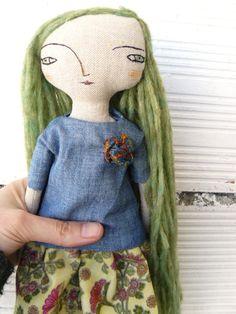 Bambola con capelli lunghi di alpaca e seta cucita a mano. Ricamati a mano.  32 cm