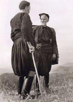 """Σφακιανοί, 1939-Η Έλλη Σουγιουλτζόγλου-Σεραϊδάρη (23 Νοεμβρίου 1899 – 17 Αυγούστου 1998) γνωστή ως Nelly's από την αγγλική υπογραφή της υπήρξε θεματολογικά πρωτοπόρος φωτογράφος με διεθνή αναγνώριση. Ορισμένες από τις γνωστότερες φωτογραφίες της Nelly's έχουν σαν θέμα τους την Κρήτη και τους Κρητικούς. Ένα σύντομο χρονικό για τις συνθήκες κάτω από τις οποίες τα στιγμιότυπα αποτυπώθηκαν, στα δύο ταξίδια της καλλιτέχνιδας στο νησί, το 1927 και το 1939. στο λεύκωμα: """"Πρόσωπα της Κρήτης"""""""