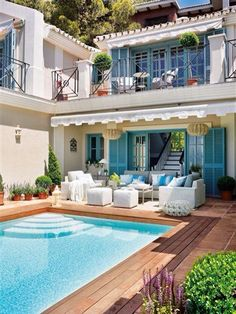 I love houses with swimming pools! <3