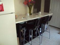 Una barra en la cocina con una estantería EXPEDIT