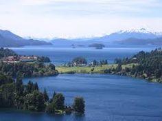 Las orillas del lago se encuentran pobladas por especies vegetales de lugares húmedos como los arrayanes y pataguas, árboles semipalustres que forman parte del bosque andino patagónico.