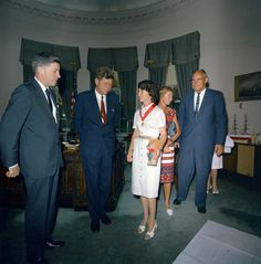 1963. 19 Juillet. With Betty Miller. In recognition of her accomplishment, President Kennedy invited her to the White House to award her with the Federal Aviation Administration's Gold Medal for Exceptional Service
