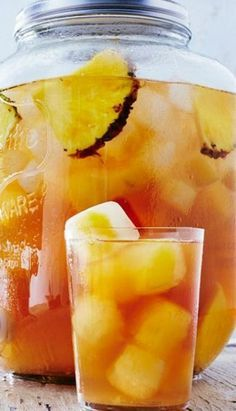 Trisha Yearwood's Pineapple Iced Tea Will Be Your New Drink of Summer Trisha Yearwoods Ananas-Eistee Fruit Drinks, Smoothie Drinks, Non Alcoholic Drinks, Party Drinks, Cocktail Drinks, Smoothies, Cocktails, Summer Beverages, Cold Drinks