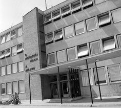 a 10. AKÖV (később a 10. VOLÁN, Tisza Volán, DAKK) központi épülete. Multi Story Building
