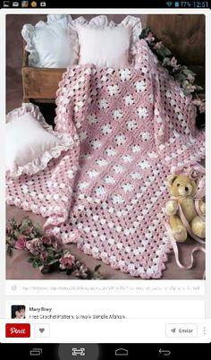 Colcha tejida en rosa y blanco